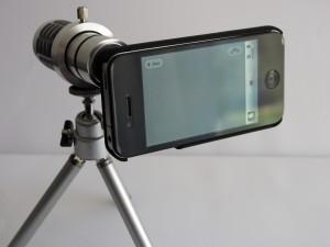 Das Rollei 12-fach Objektiv montiert auf dem mitgelieferten Mini-Stativ
